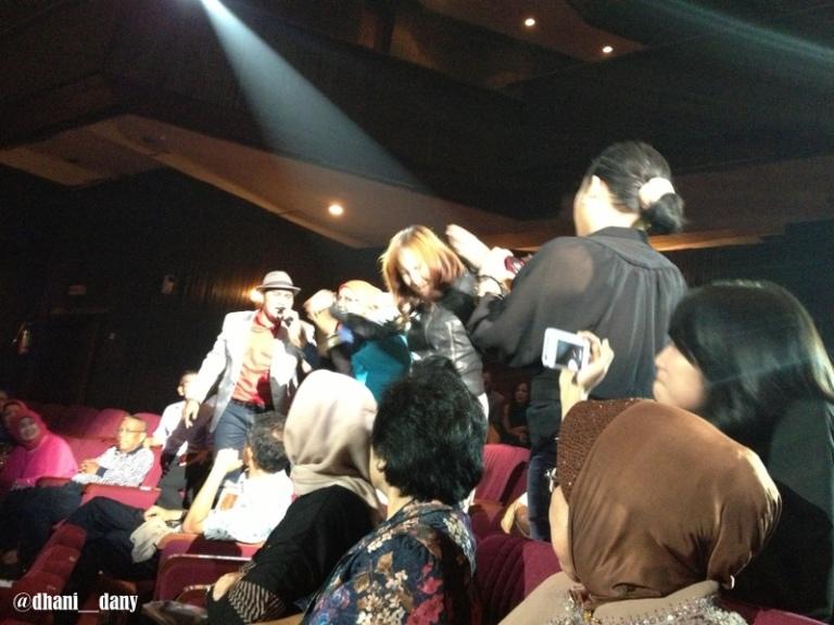 Penonton diajak ikut berdendang dan bergoyang oleh Uda Odi Ismail