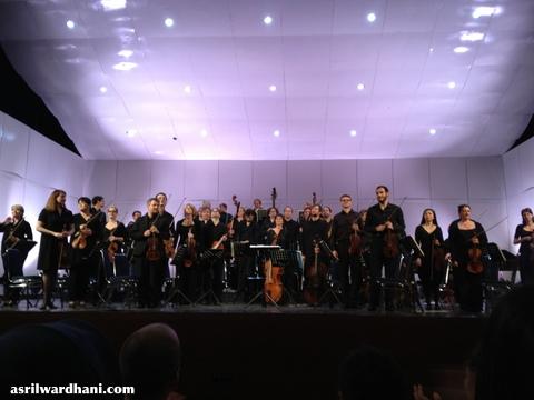 Para musisi selesai memainkan babak kedua dan memberi balasan hormat kepada penonton