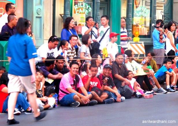 Memang saat ini nonton parade di LN jauh lebih nyaman dan rapi..kapan di Indonesia begini?