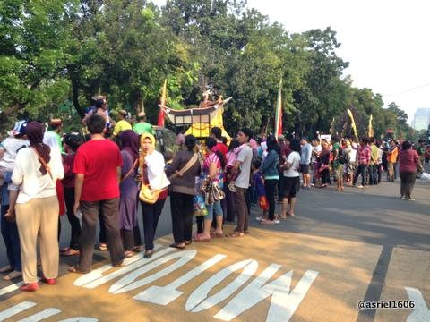 Jalanan yang lebar cuma bisa dimanfaatkan Parade kurang dari setengahnya..sayang banget!!