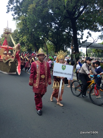 masih lumayan rapi penonton masih tertib dan bisa leluasa melihat parade pembuka