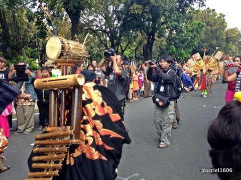 Para fotografer ini bukan resmi dari panitia tapi mereka bebas masuk ke dalam parade