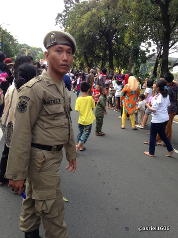 Jalanan yang lebar tinggal seperti gang sempit karena petugas tidak bisa mengatur penonton