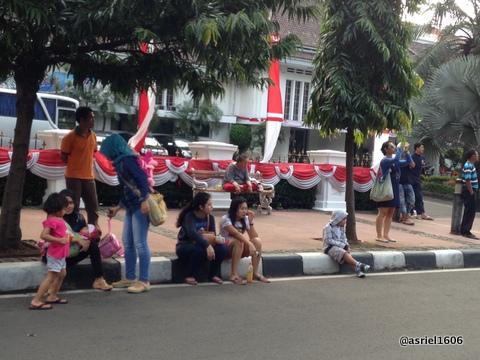 Pedestrian yang semestinya tempat penonton berdiri dan duduk hanya tinggal beberapa orang saja