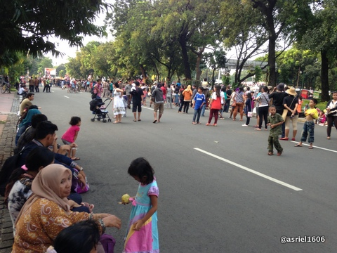 Beberapa penonton sudah mulai tampak memadati jalan sebelum Pawai dimulai