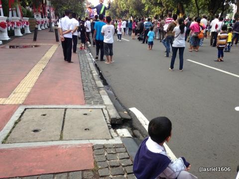 anak kecil ini masih setia duduk ditempat semula tak ikut ke jalanan menyaksikan dari jauh