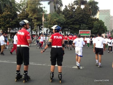 Polisi dengan Rollerblade..terlihat mengasyikkan