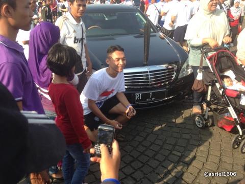 Banyak orang yang pose depan mobil presiden..