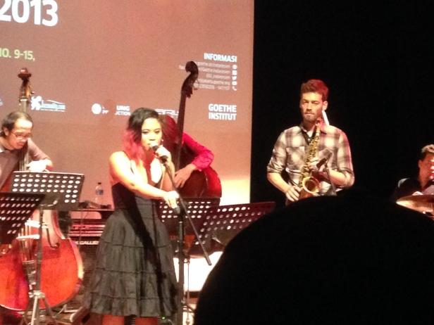Kartika Jahja ketika berduet dengan Saksofon Christian Weidner