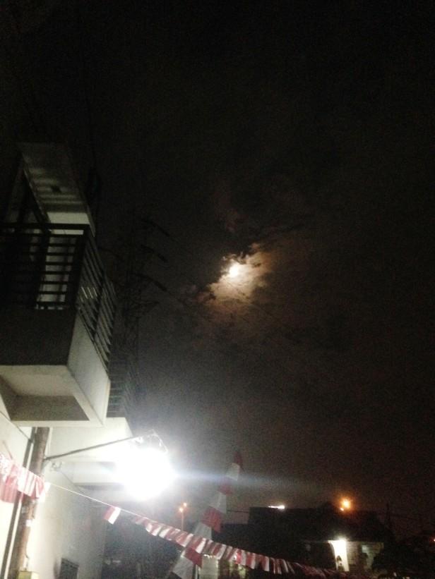 Sinarnya bulan ditengah malam tadi dari depan rumah masih banyak awan
