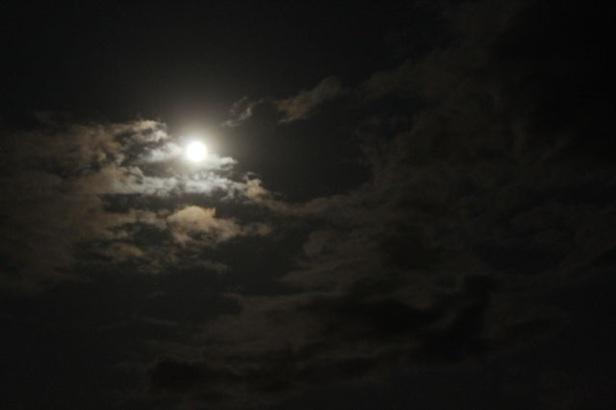 kondisi bulan terang dengan awan masih nampak