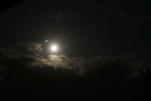 lambat laun bulan akan menghilang tertutup awan tapi masih sangat terang