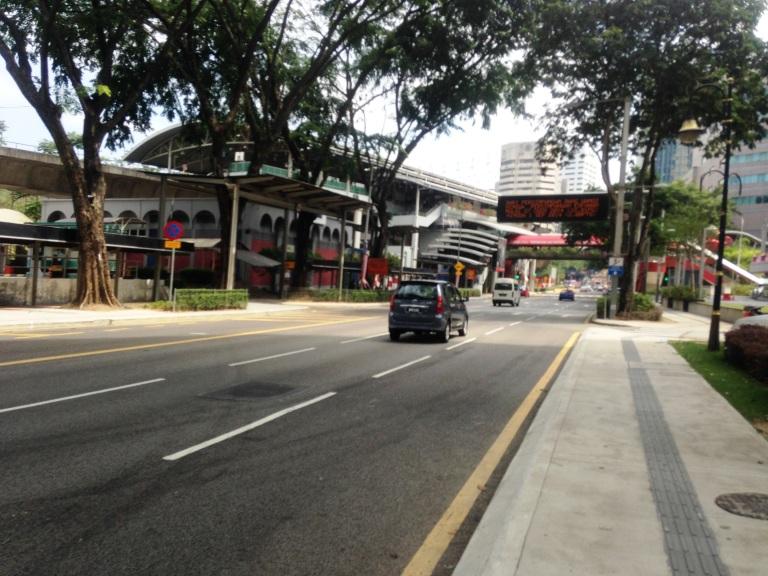 suasana jalanan yang rapi dan bersih