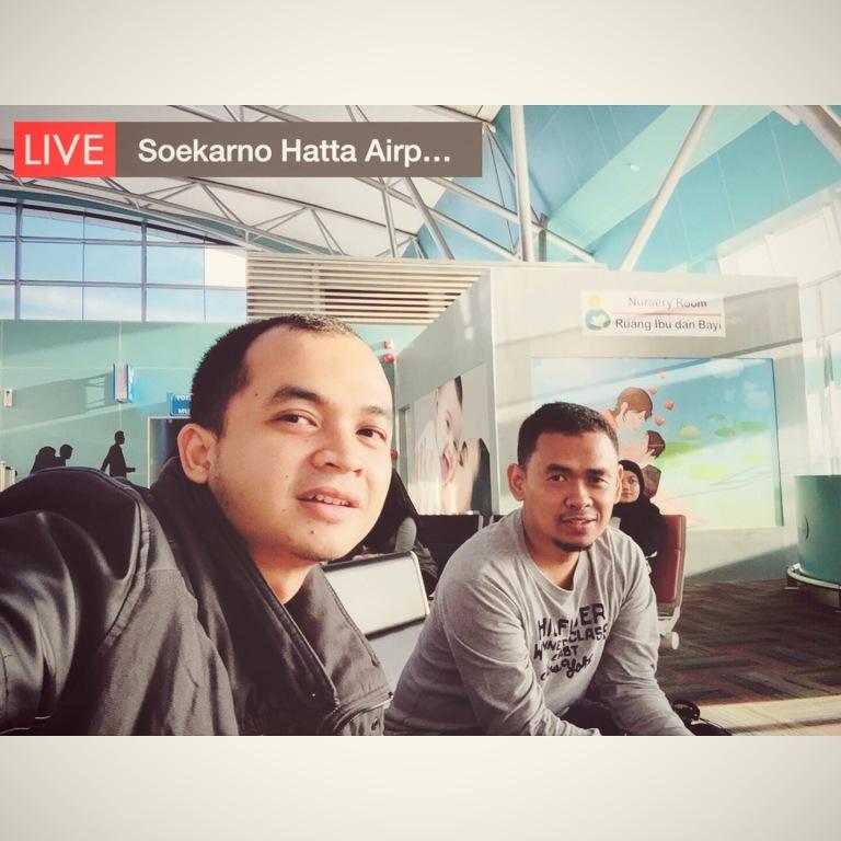 Bersama Sahabat Saya Fuji sembari menunggu yang lainnya di Bandara Sidoarjo