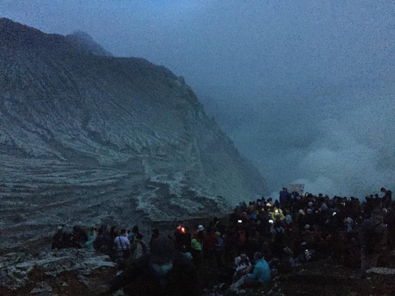 Suasana setelah Subuh yang terlihat begitu banyak pendaki berjejalan